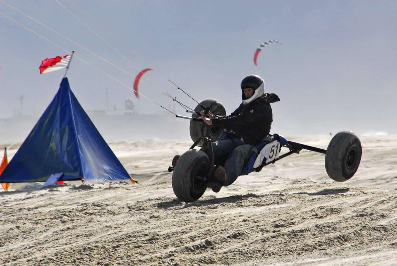 Kitebuggys schießen über die weiten Strandabschnitte, so wie hier auf Borkum. Foto: Horst Nebbe