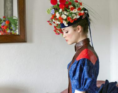 Neue Kleidung mit traditioneller Färbung